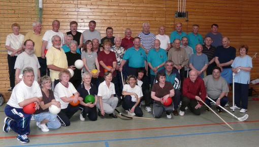 Gruppenfoto mit Mitgliedern, Betreuern und Ärzten